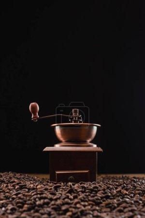 Photo pour Orientation sélective de la mouture de café sur les grains de café torréfiés frais isolés sur du noir - image libre de droit
