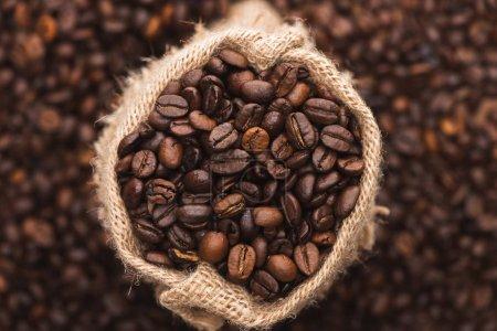 Photo pour Foyer sélectif de grains de café frais torréfiés dans le sac - image libre de droit