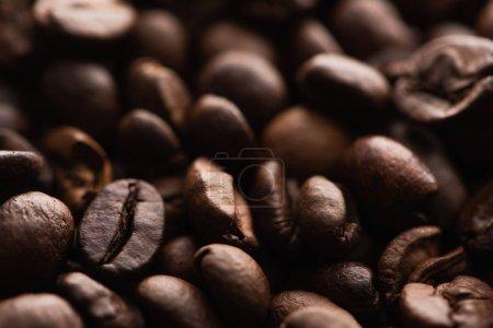 Photo pour Vue de près du fond de grains de café torréfiés frais - image libre de droit