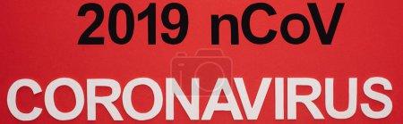 Photo pour Haut de page du lettrage 2019 ncov et coronavirus isolé sur une photo panoramique rouge - image libre de droit
