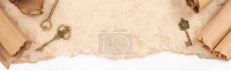 Photo pour Vue de dessus des clés vintage sur papier vieilli isolé sur blanc, panoramique - image libre de droit