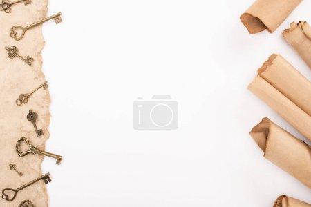 Photo pour Vue de dessus des clés vintage sur papier vieilli isolé sur blanc - image libre de droit