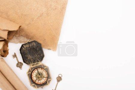 Photo pour Vue de dessus des clés vintage, boussole et papier vieilli isolé sur blanc - image libre de droit