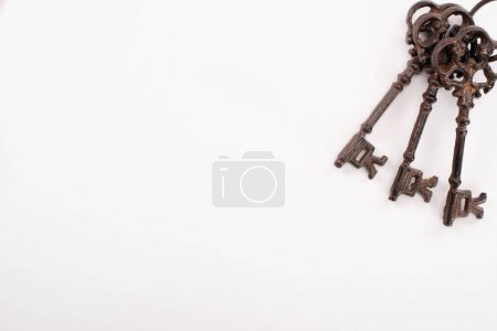 Photo pour Vue de dessus des clés rouillées vintage isolées sur blanc - image libre de droit
