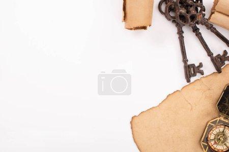Photo pour Vue de dessus des touches rétro, boussole sur papier vieilli isolé sur blanc - image libre de droit