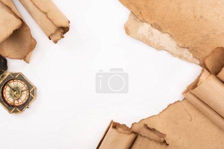 Foto de Vista superior de la brújula de época y papel antiguo aislado en blanco. - Imagen libre de derechos