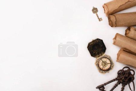 Photo pour Vue de dessus de boussole vintage, clés et vieux papier parchemin isolé sur blanc - image libre de droit