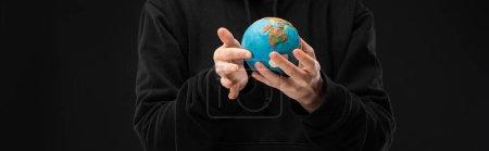 Photo pour Vue panoramique de la femme tenant le globe de plasticine isolé sur le concept noir du réchauffement climatique - image libre de droit