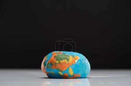 Photo pour Isolation d'un globe plastifié aplati sur un concept noir de réchauffement planétaire - image libre de droit