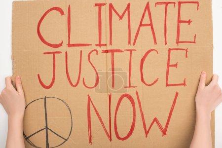 Foto de El concepto de calentamiento global se basa ahora en la visión distorsionada de que las mujeres mantienen pancartas con la justicia climática. - Imagen libre de derechos