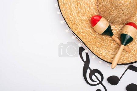 Photo pour Top view of sombrero and maracas near paper cut music notes on white background - image libre de droit