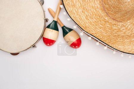 Photo pour Vue de dessus des maracas en bois avec tambourin et sombrero sur fond blanc - image libre de droit