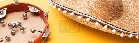 Photo pour Tambourin et sombrero sur fond jaune, panoramique - image libre de droit
