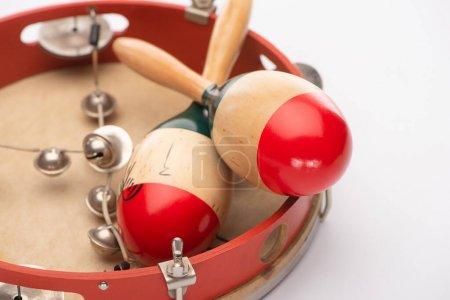 Photo pour Vue rapprochée des maracas en bois sur tambourin sur fond blanc - image libre de droit