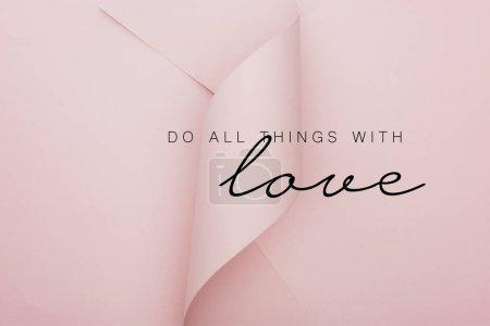 Photo pour Vue du haut de papier rose tourbillonnant sur fond rose, faire tout avec l'illustration amour - image libre de droit