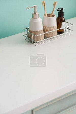 Photo pour Salle de bain avec produits d'hygiène sur étagère, concept zéro déchet - image libre de droit
