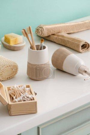 Photo pour Différents types d'objets d'hygiène dans la salle de bain, concept zéro déchet - image libre de droit