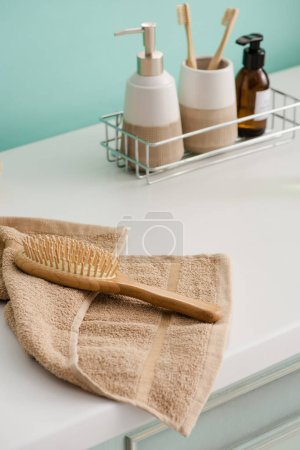 Photo pour Produits d'hygiène sur étagère avec brosse à cheveux sur serviette de toilette, concept zéro déchet - image libre de droit