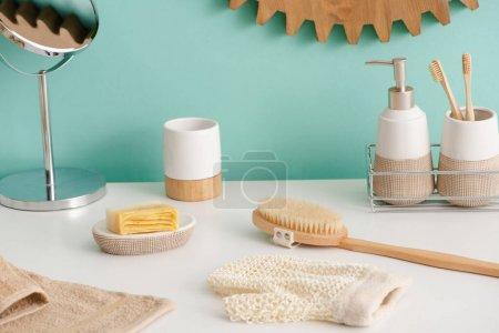 Photo pour Différents objets d'hygiène et miroir dans la salle de bain, concept zéro déchet - image libre de droit