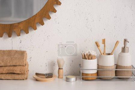 Photo pour Salle de bain avec des objets d'hygiène écologiques et miroir sur le mur, concept zéro déchet - image libre de droit
