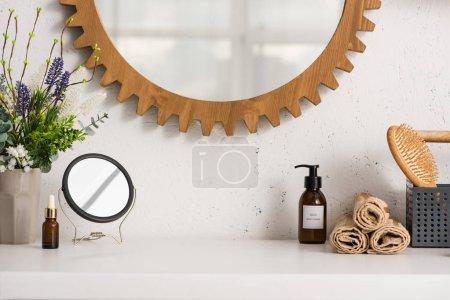 Коробка с парикмахерской, игрушки рядом с косметикой и фломастером в ванной, концепция нулевых отходов