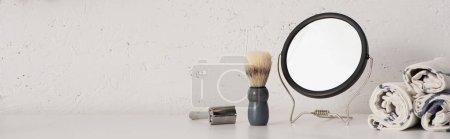 Photo pour Vue panoramique des serviettes, miroir rond, brosse à raser et rasoir dans la salle de bain, concept zéro déchet - image libre de droit