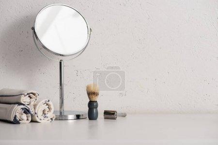 Photo pour Serviettes, miroir rond, brosse à raser et rasoir sur fond blanc, concept zéro déchet - image libre de droit