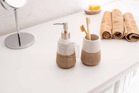 Photo pour Concentration sélective des objets d'hygiène dans la salle de bain, concept zéro déchet - image libre de droit