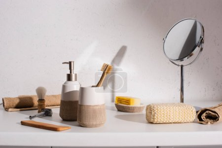 Photo pour Divers objets d'hygiène dans la salle de bain, concept zéro déchet - image libre de droit