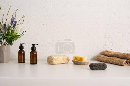 Photo pour Pot de fleurs, serviettes, produits d'hygiène et cosmétiques dans la salle de bain, concept zéro déchet - image libre de droit