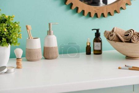 Photo pour Divers produits d'hygiène et cosmétiques, bol avec serviettes et pot de fleurs dans la salle de bain, concept zéro déchet - image libre de droit