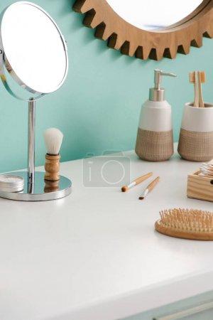 Различные предметы красоты и гигиены с круглыми зеркалами в ванной комнате, нулевая концепция отходов