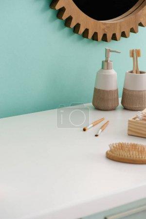 Photo pour Objets d'hygiène et de beauté près du miroir rond dans la salle de bain, concept zéro déchet - image libre de droit
