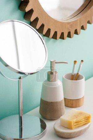 Photo pour Objets d'hygiène et miroirs dans la salle de bain, concept zéro déchet - image libre de droit