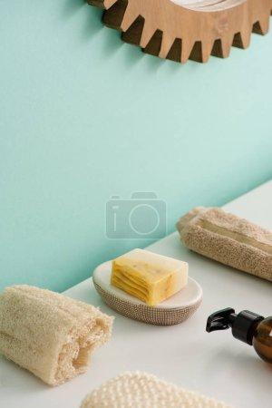 Photo pour Concentration sélective de loofah, bouteille de crème éco corps, savon et serviette dans la salle de bain, concept zéro déchet - image libre de droit