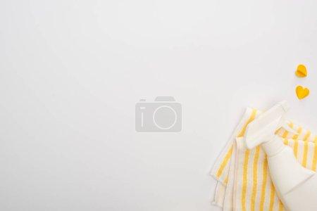 Photo pour Vue de dessus des fournitures de nettoyage jaunes et des coeurs sur fond blanc - image libre de droit