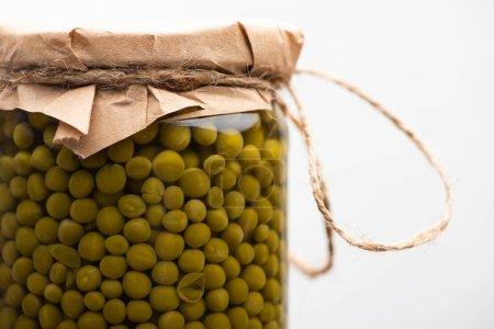 Photo pour Vue rapprochée des savoureux pois verts en conserve faits maison dans un bocal isolé sur blanc - image libre de droit
