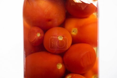 Photo pour Vue rapprochée de tomates en conserve savoureuses maison dans un bocal isolé sur blanc - image libre de droit