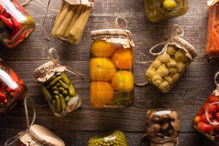 Photo pour Vue de dessus de délicieux cornichons savoureux faits maison sur une table rustique en bois - image libre de droit