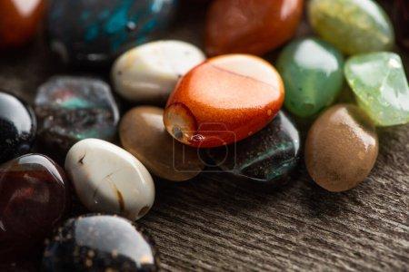 Photo pour Vue rapprochée de la fortune racontant des pierres sur une surface en bois - image libre de droit