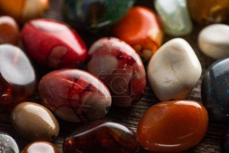 Photo pour Vue rapprochée de la fortune chamanique colorée racontant des pierres sur fond en bois - image libre de droit