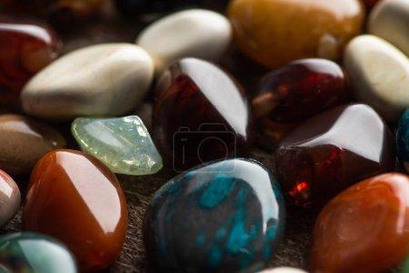 Photo pour Vue rapprochée de la fortune rituelle racontant des pierres sur fond de bois - image libre de droit
