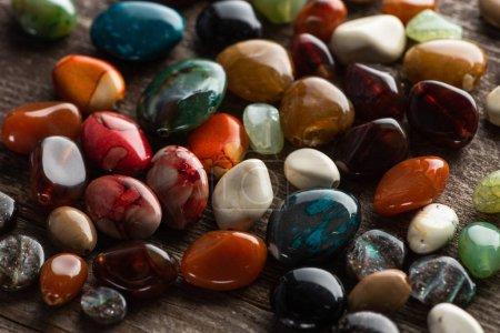 Photo pour Fortune colorée dire pierres sur fond en bois - image libre de droit
