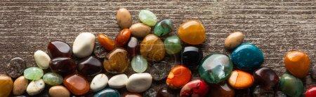 Foto de Vista superior de la fortuna diciendo piedras en la superficie de madera, plano panorámico - Imagen libre de derechos