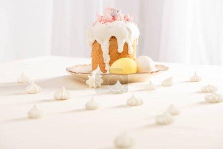 Photo pour Foyer sélectif de délicieux gâteau de Pâques près des œufs peints et meringue - image libre de droit