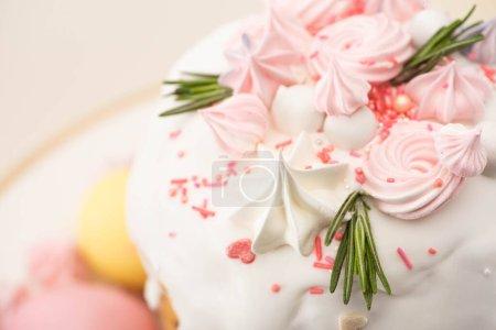 Photo pour Vue rapprochée du délicieux gâteau de Pâques au romarin et meringue sur glaçure - image libre de droit