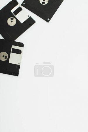 Photo pour Vue de dessus des disquettes noires isolées sur blanc - image libre de droit