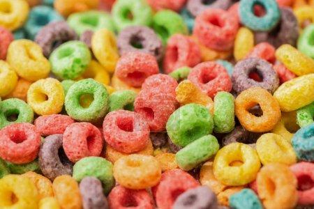 Photo pour Vue rapprochée de céréales de petit déjeuner multicolores lumineuses - image libre de droit