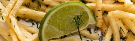 Photo pour Panoramique de chaux près de frites croustillantes avec aneth - image libre de droit