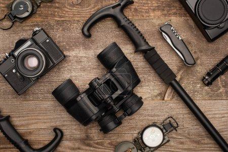 Photo pour Vue de dessus du matériel de randonnée et des appareils photo sur la surface en bois - image libre de droit